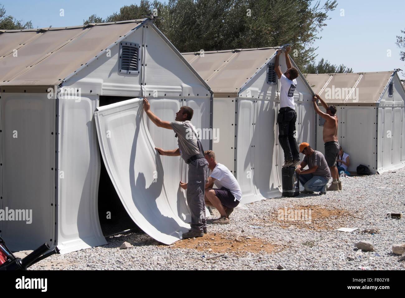 Construcción de un campamento de tránsito temporal para los refugiados que llegan a la isla griega de Lesbos en Foto de stock