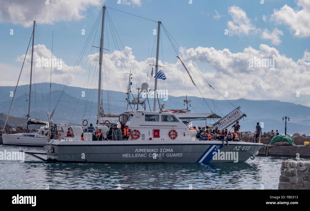 Buque guardacostas griegos trae en refugiados a Molyvos Harbour, que fueron rescatados durante la travesía desde Foto de stock