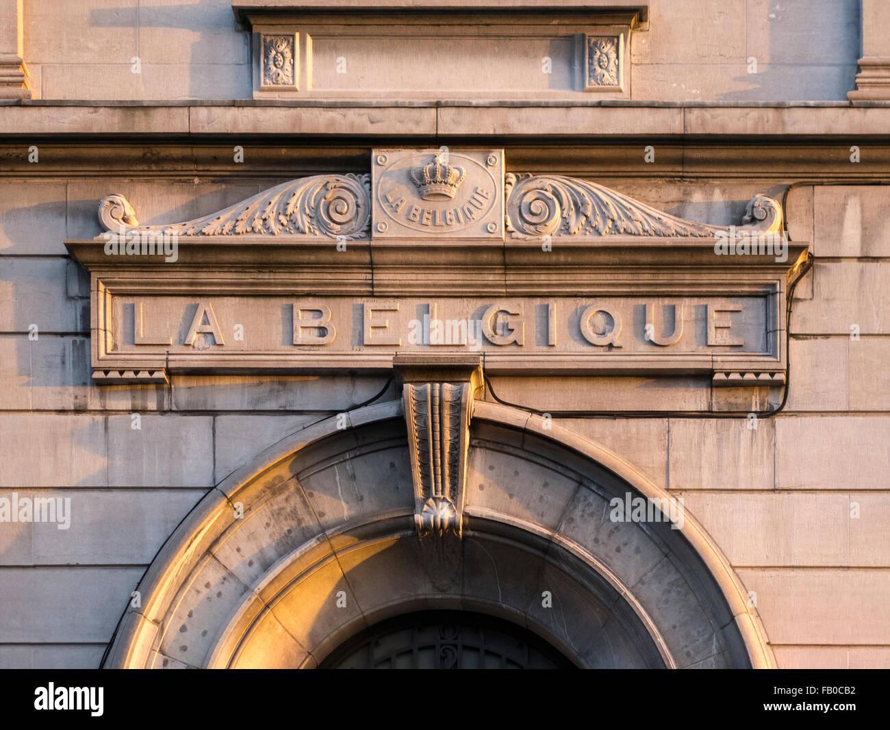Signo de Bélgica. Inscripción coronada La Belgique sobre la puerta de un tribunal de justicia de la paz en Bruselas. Foto de stock