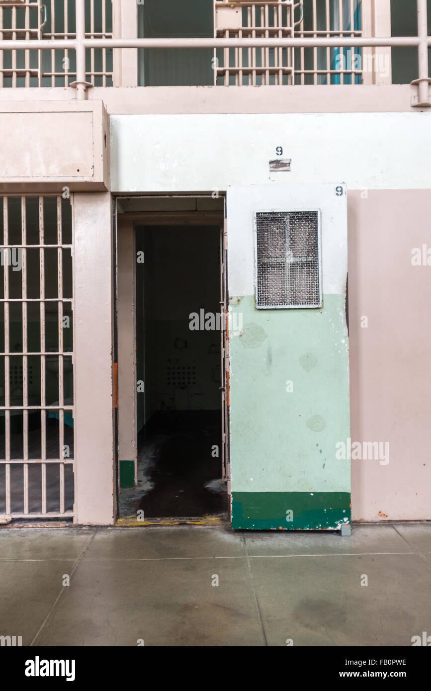 Puerta de la celda carcelaria en una celda de aislamiento en la penitenciaría de Alcatraz en San Francisco, California Foto de stock
