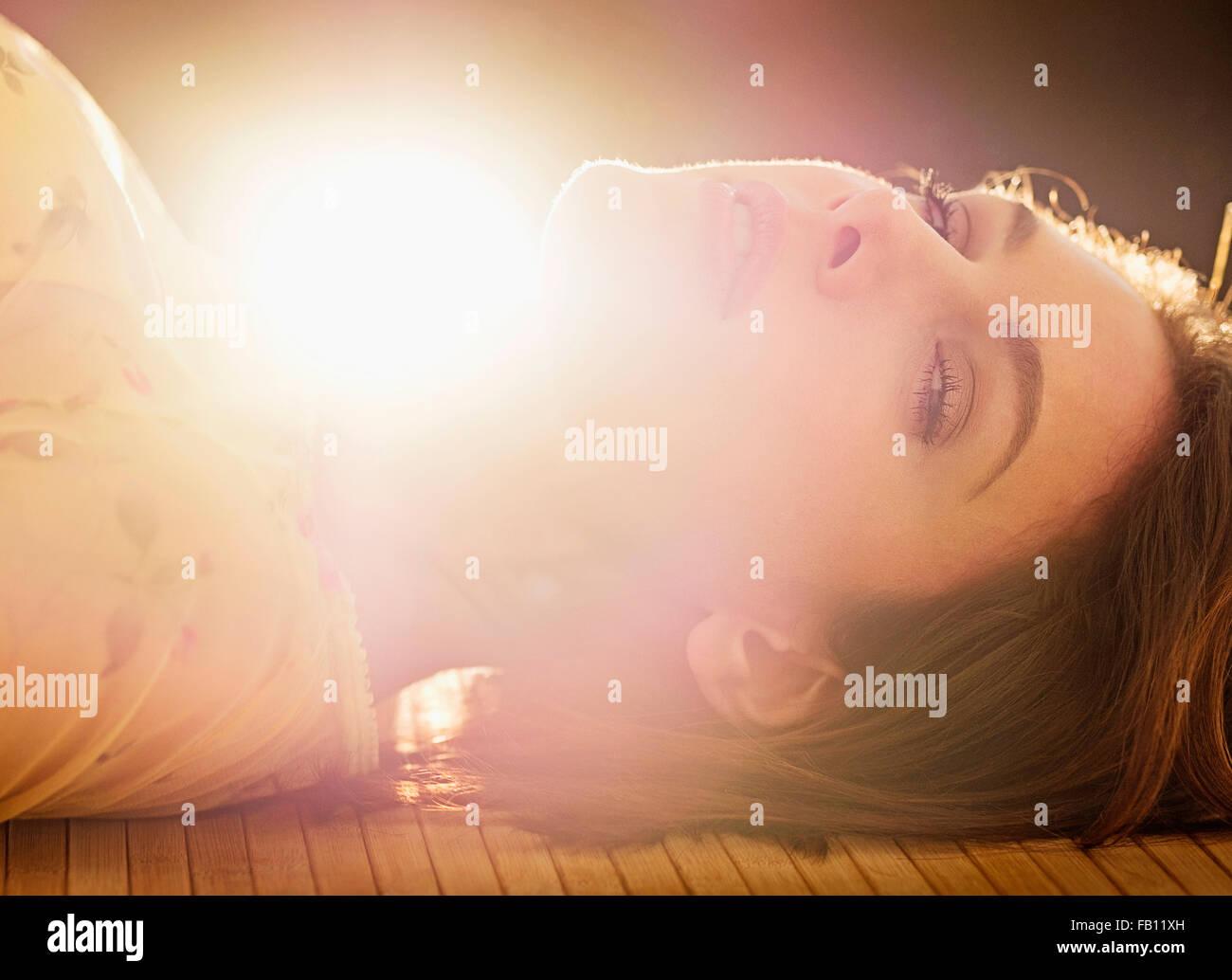 Retrato de mujer hermosa con pelo marrón Foto de stock