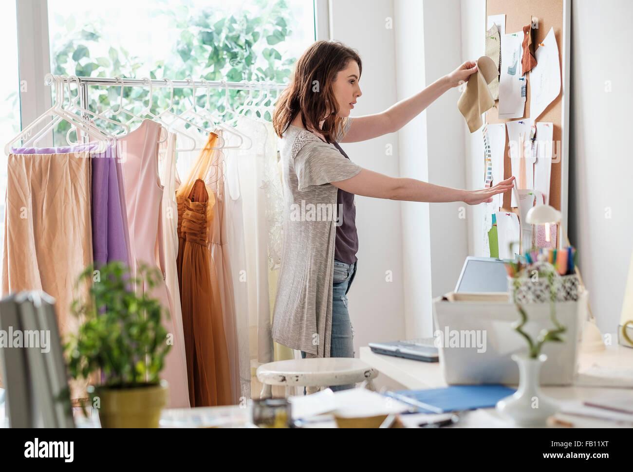 Diseñador de moda femenina en su oficina Imagen De Stock