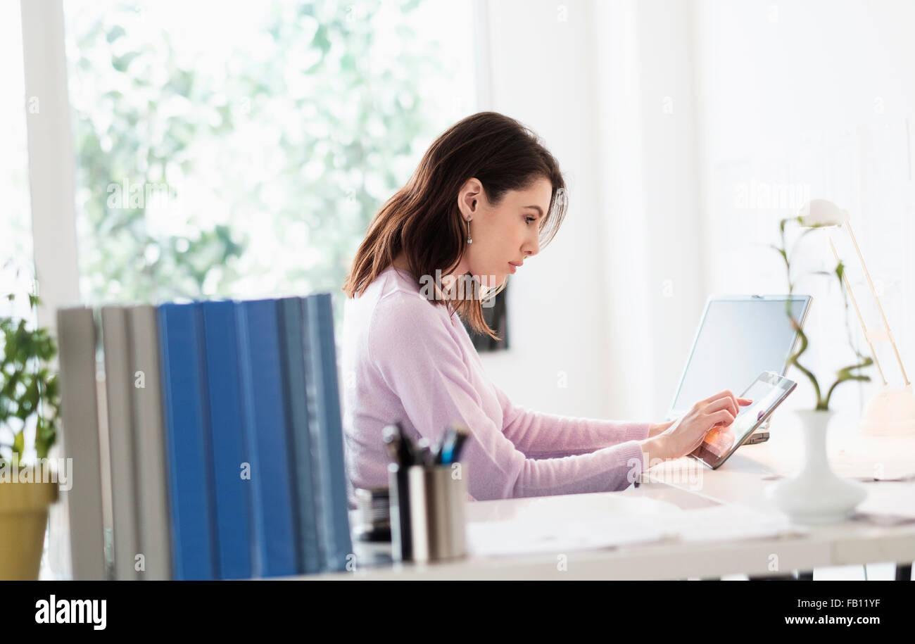 Mujer joven con tableta digital Imagen De Stock