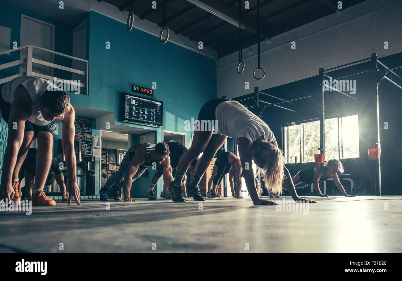 La superficie vista de personas ejercitando juntos en el gimnasio Imagen De Stock