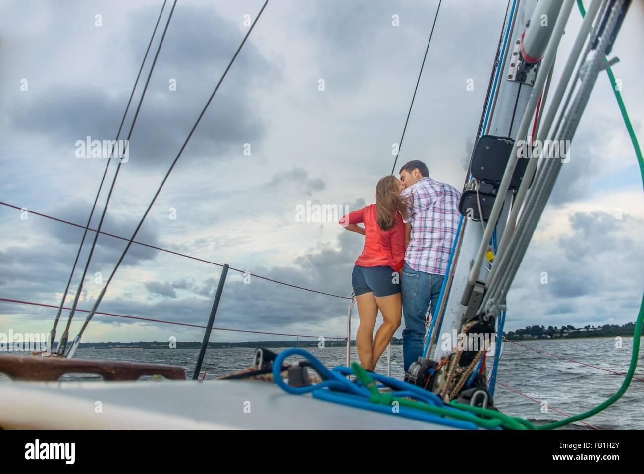 Vista trasera de la pareja en la proa del barco besos Foto de stock