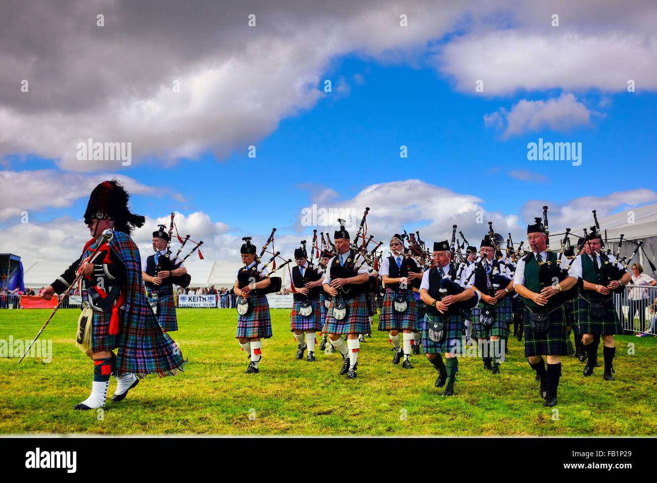 Gaiteiro escocés Marching Band durante el verano juegos escoceses en Keith, Scotland, Reino Unido vistiendo Imagen De Stock