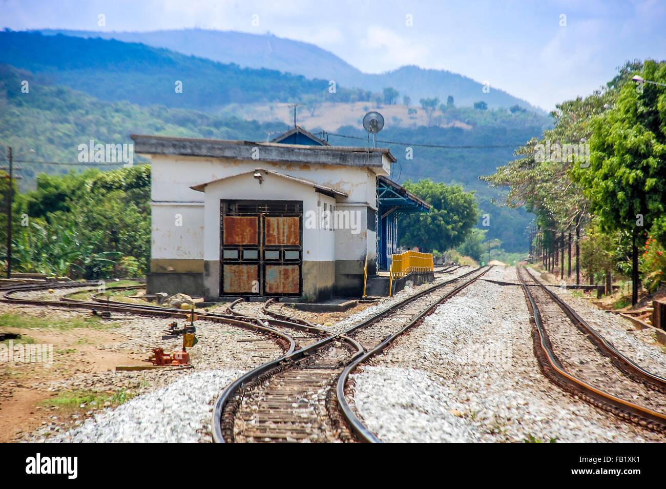 Viaje brasileño.Estación de ferrocarril en el lado del país de Minas Gerais, Brasil. Foto de stock