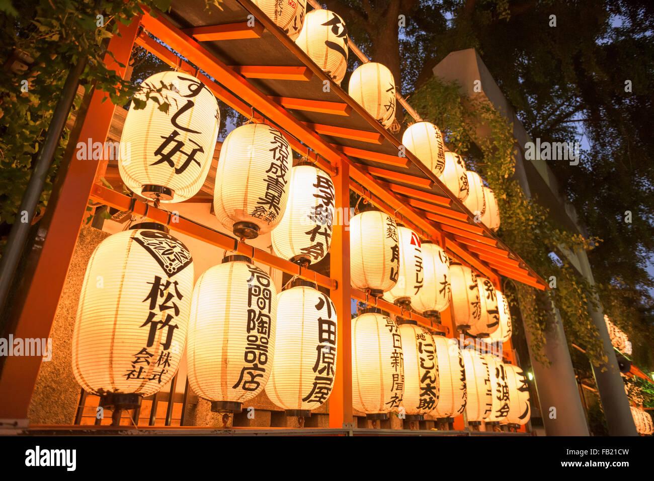 Santuario de Inari Namiyoko linternas cerca del mercado de pescado de Tsukiji en Tokio, Japón. Imagen De Stock