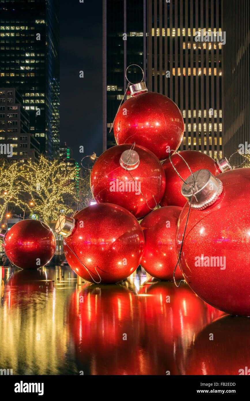 Adornos de Navidad gigante roja en la pantalla, en la Avenida de Las Américas (6ª Avenida) durante la temporada de vacaciones, Manhattan, Nueva York, EE.UU. Foto de stock