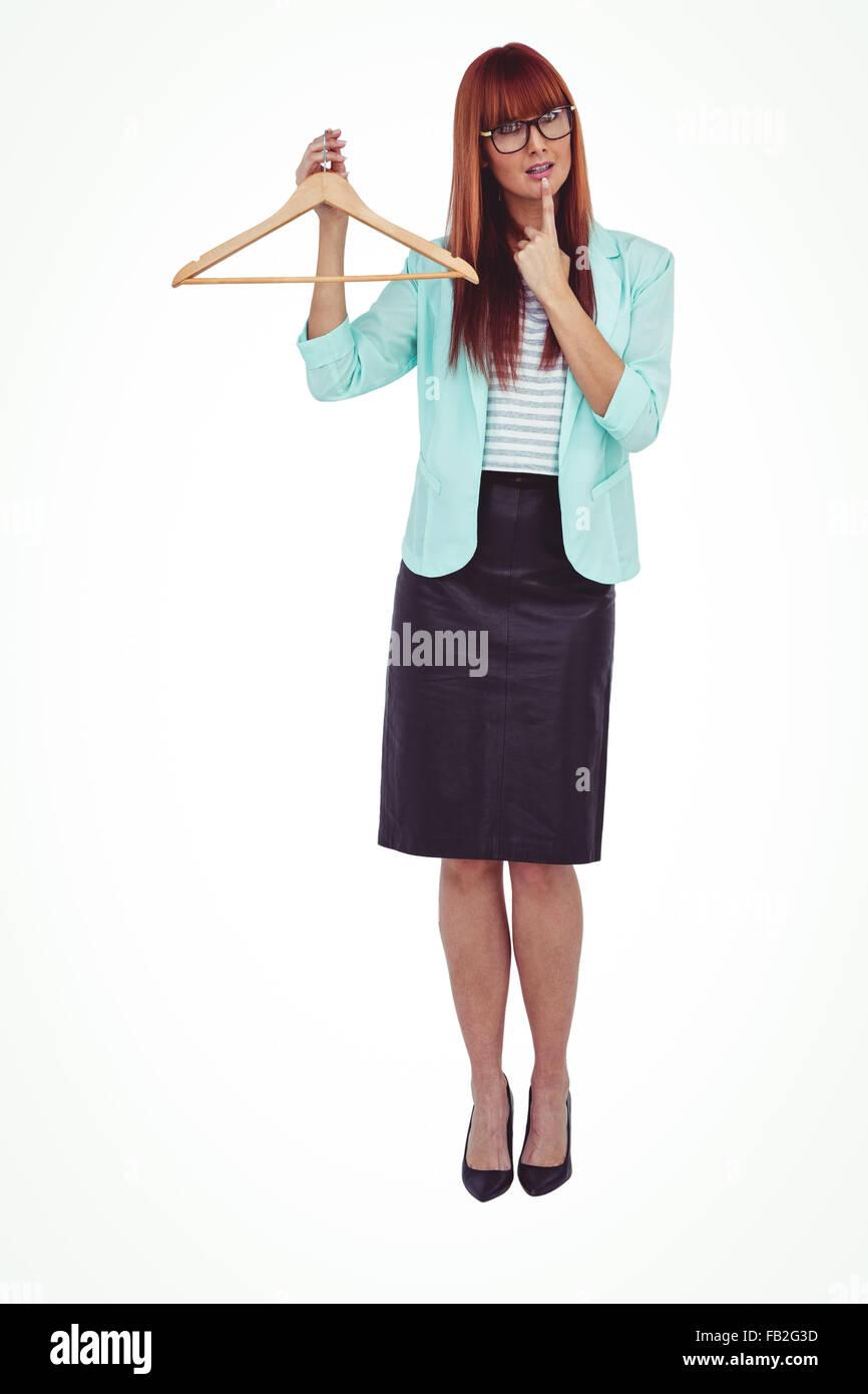 Hipster mujer sosteniendo percha Foto de stock