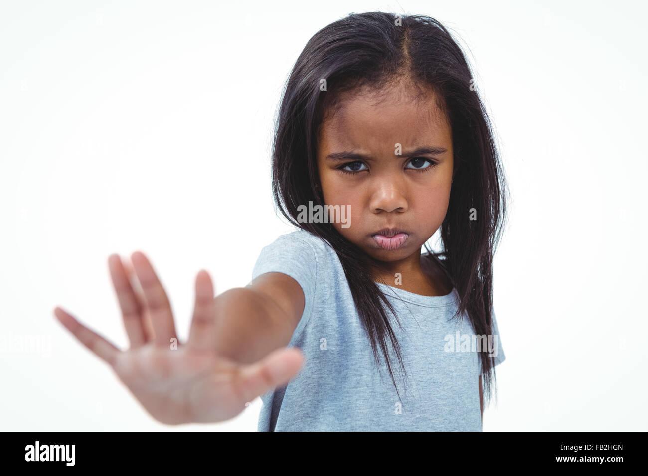 Chica haciendo mueca sosteniendo la mano a la cámara Imagen De Stock