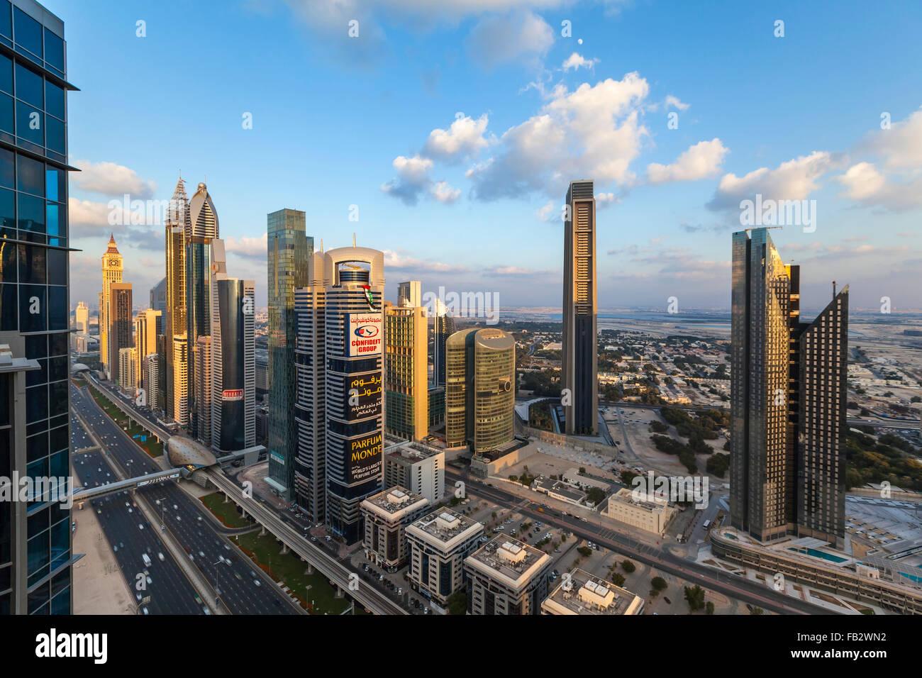 Los Emiratos Árabes Unidos, Dubai, Sheikh Zayed Rd, tráfico y nuevos edificios altos a lo largo de Dubai la carretera Foto de stock
