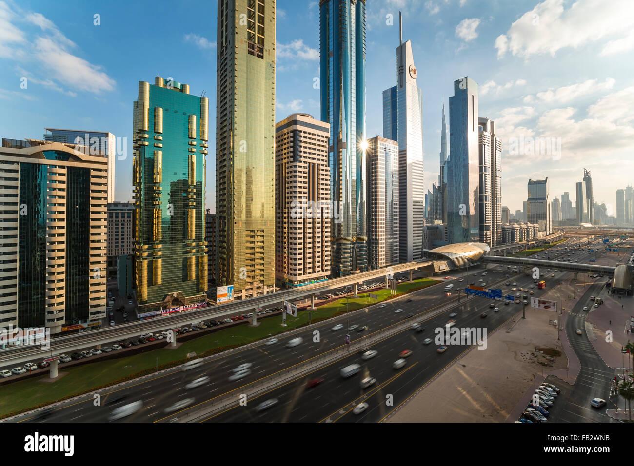 Los Emiratos Árabes Unidos, Dubai, Sheikh Zayed Rd, tráfico y nuevos edificios altos a lo largo de Dubai Imagen De Stock