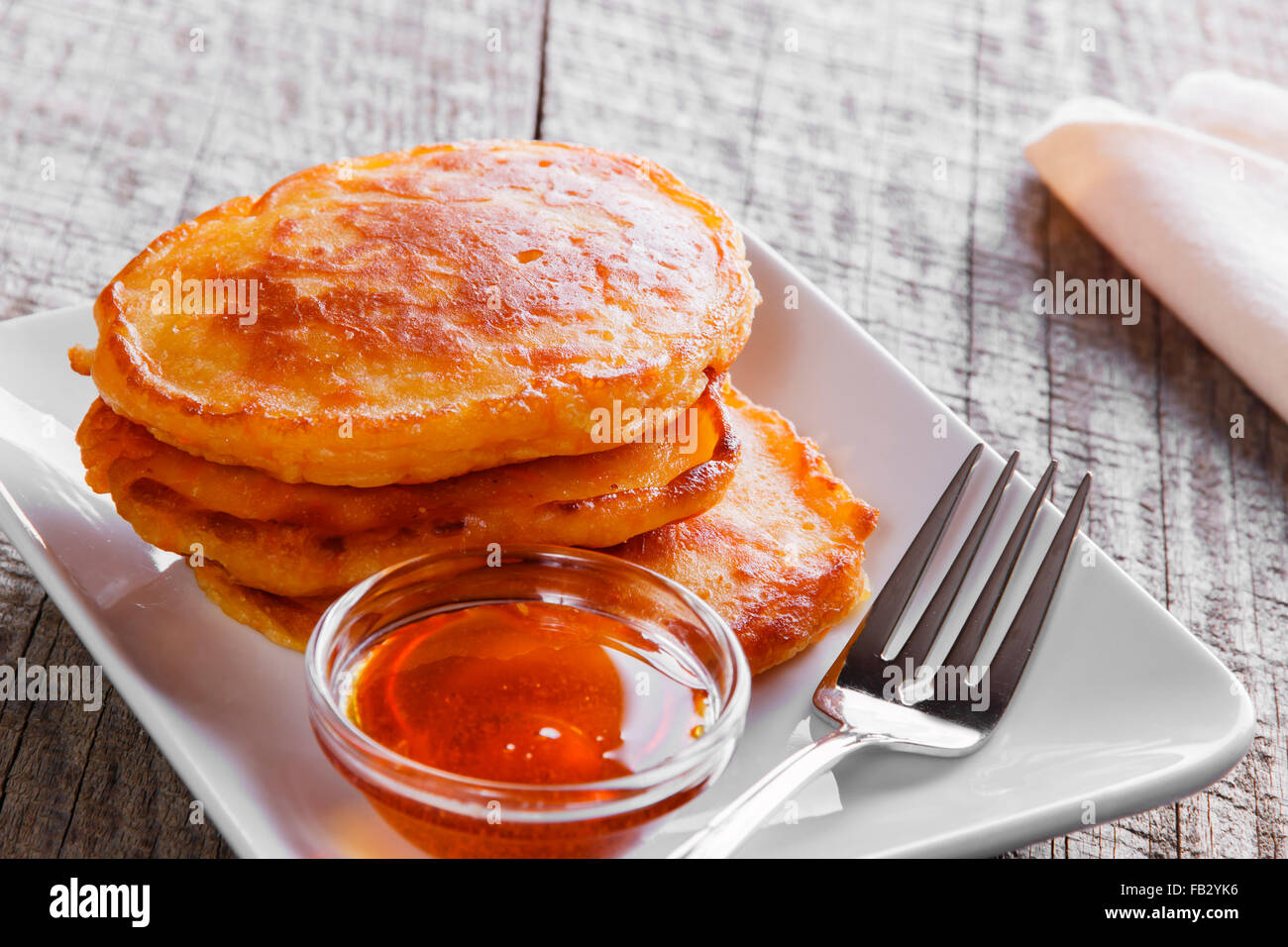 Pancakes con sirope de arce zanahoria buñuelos de desayuno Imagen De Stock