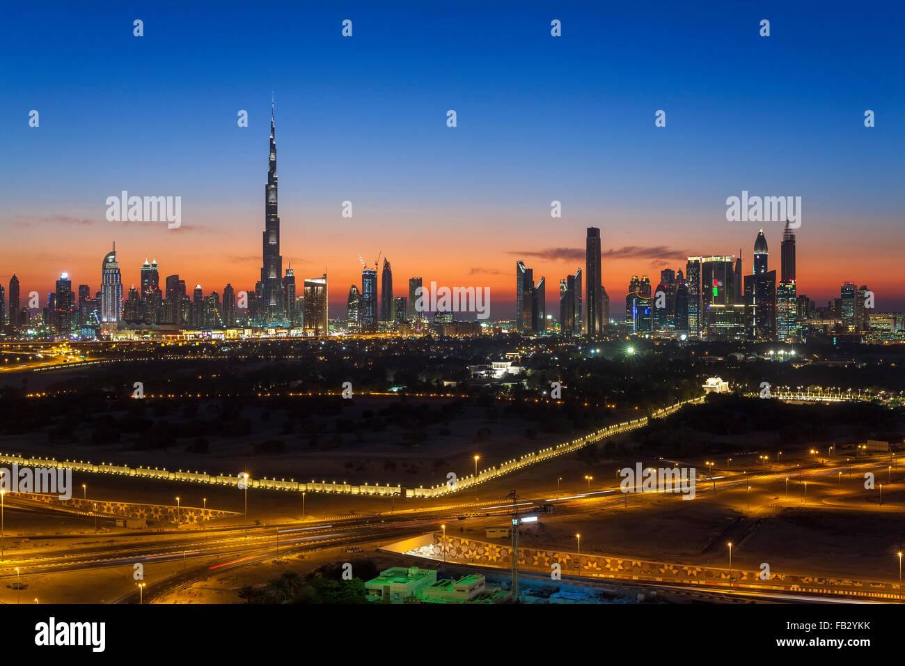 Los Emiratos Árabes Unidos, Dubai, vista elevada del nuevo horizonte de Dubai, el Burj Khalifa, moderna arquitectura Foto de stock