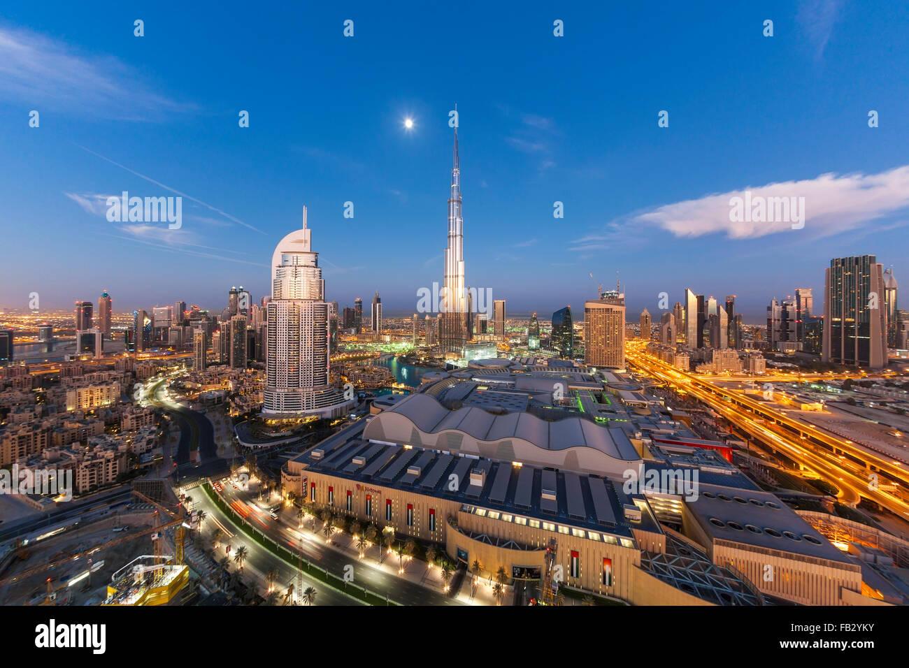 Los Emiratos Árabes Unidos, Dubai, Burj Khalifa, niveles elevados de vista sobre el centro comercial Dubai Mall Foto de stock