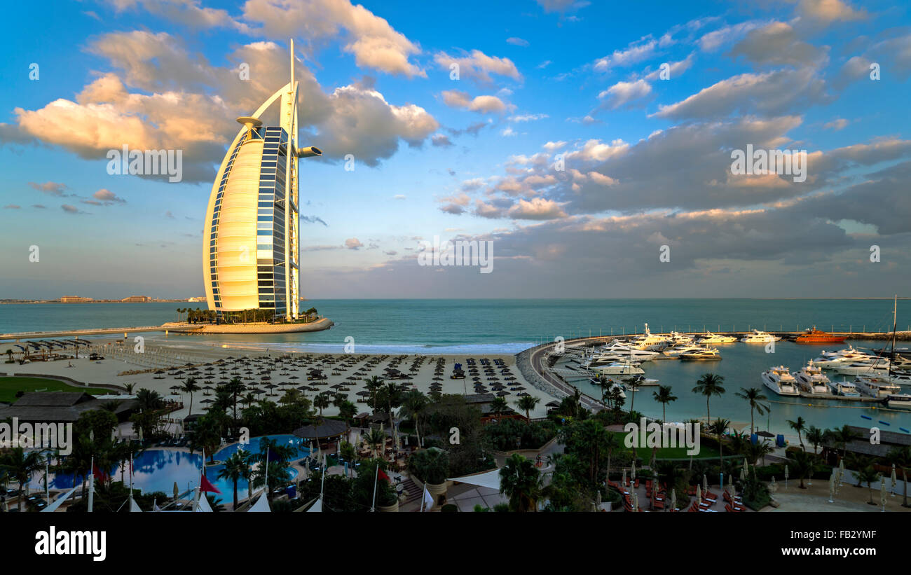 La playa de Jumeirah, el Burj Al Arab Hotel, Dubai, Emiratos Árabes Unidos, Oriente Medio Foto de stock