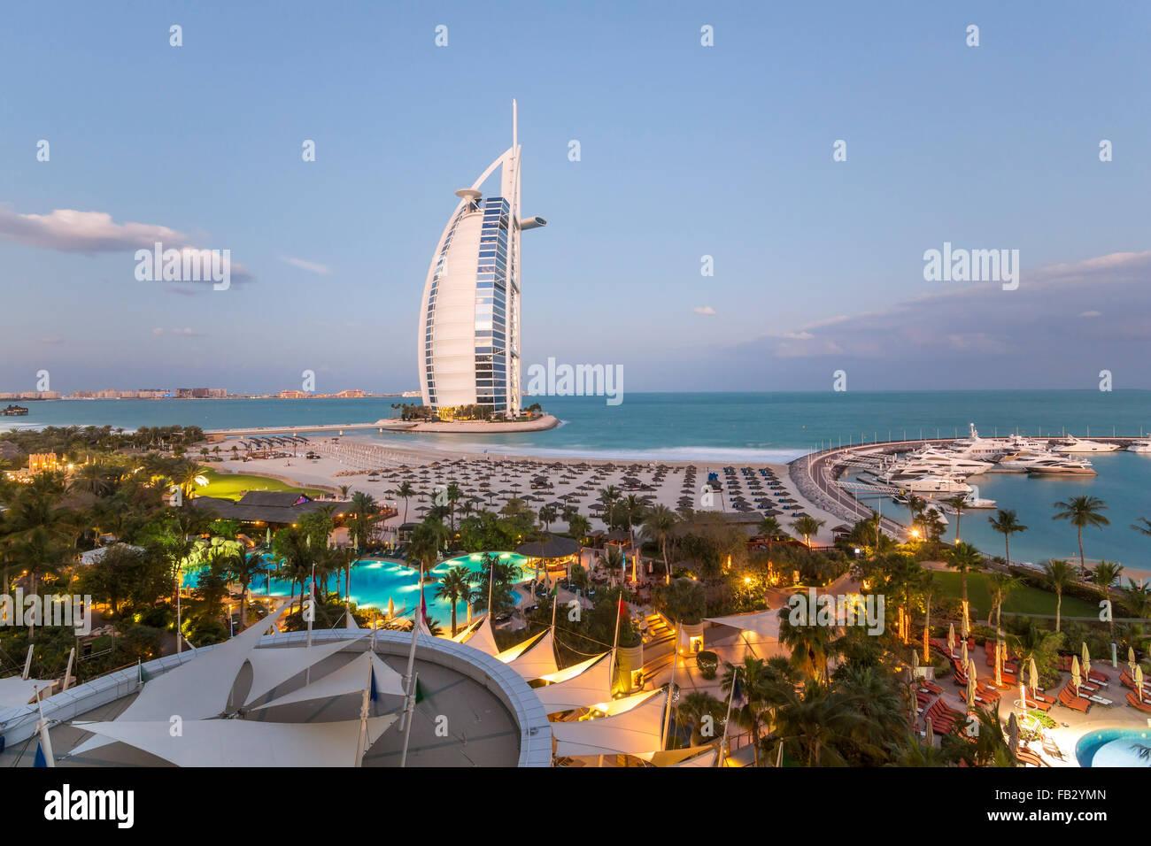 La playa de Jumeirah, el Burj Al Arab Hotel, Dubai, Emiratos Árabes Unidos, Oriente Medio Imagen De Stock