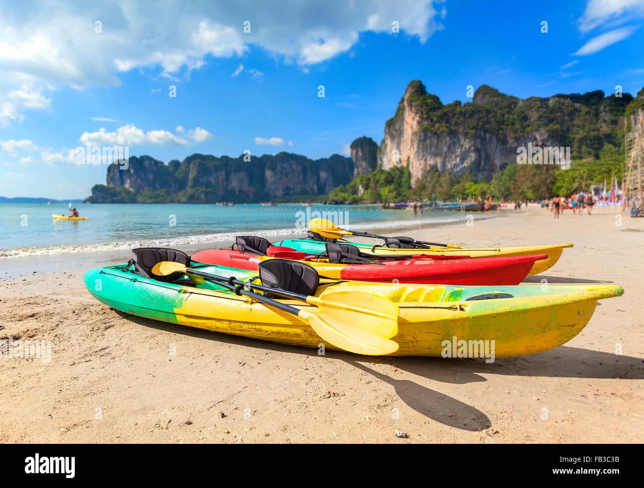 Kayaks en una playa tropical, vacaciones activas, concepto, la profundidad de campo. Imagen De Stock
