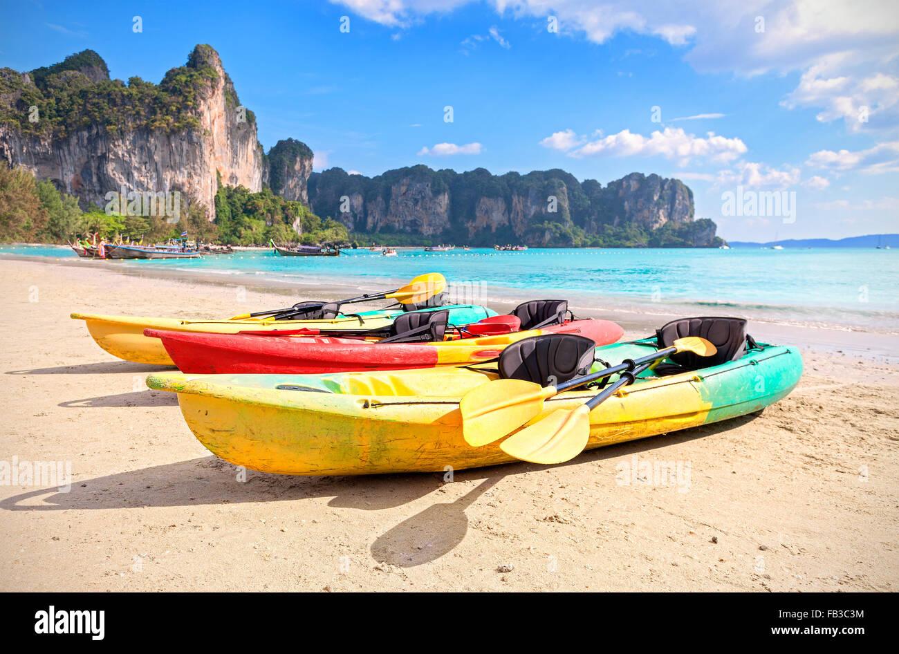 Kayaks en una playa tropical, vacaciones activas, concepto. Imagen De Stock
