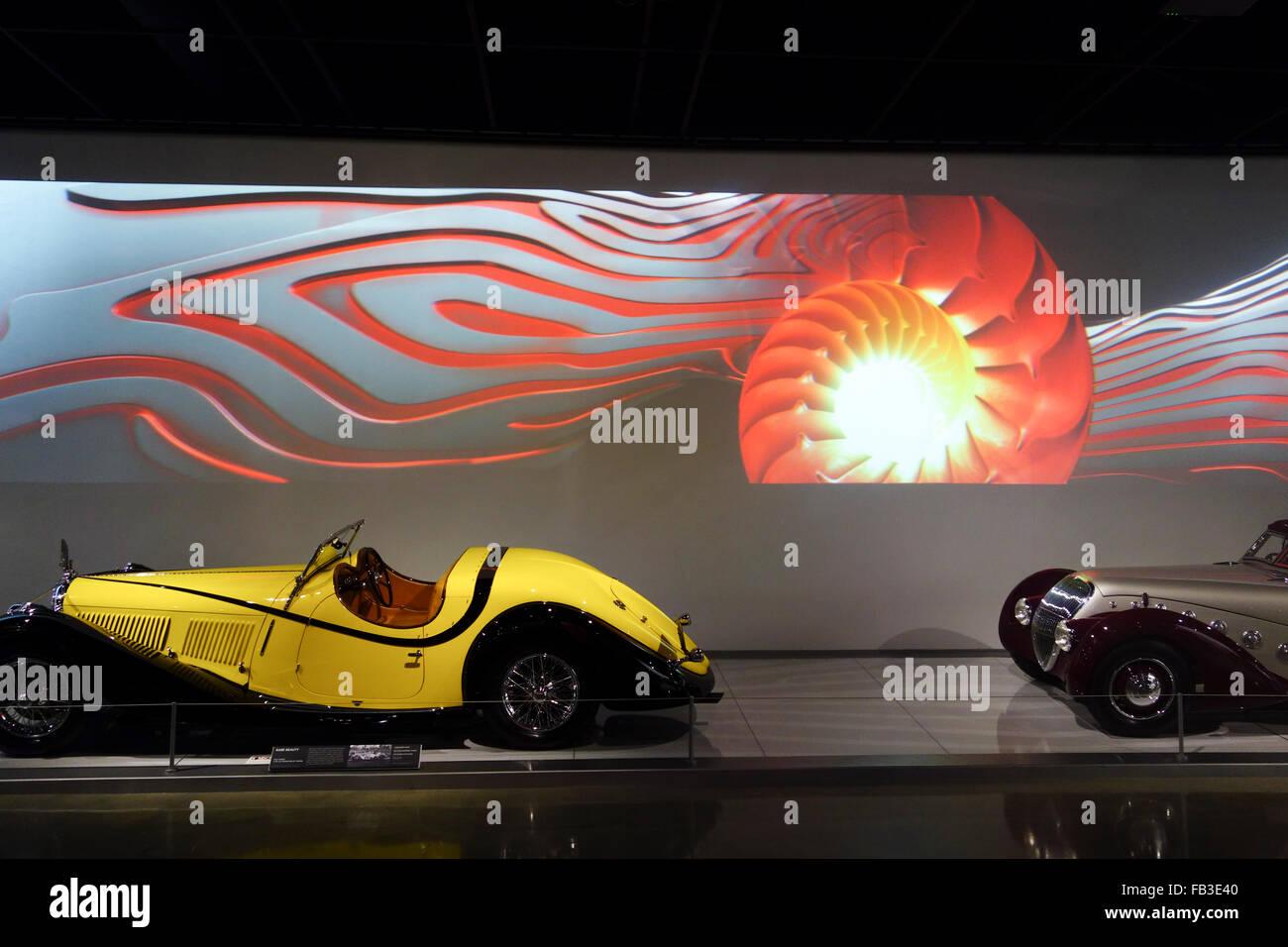 Los automóviles antiguos en exhibición en el Museo de Automoción Petersens; Los Angeles; el sur de Imagen De Stock