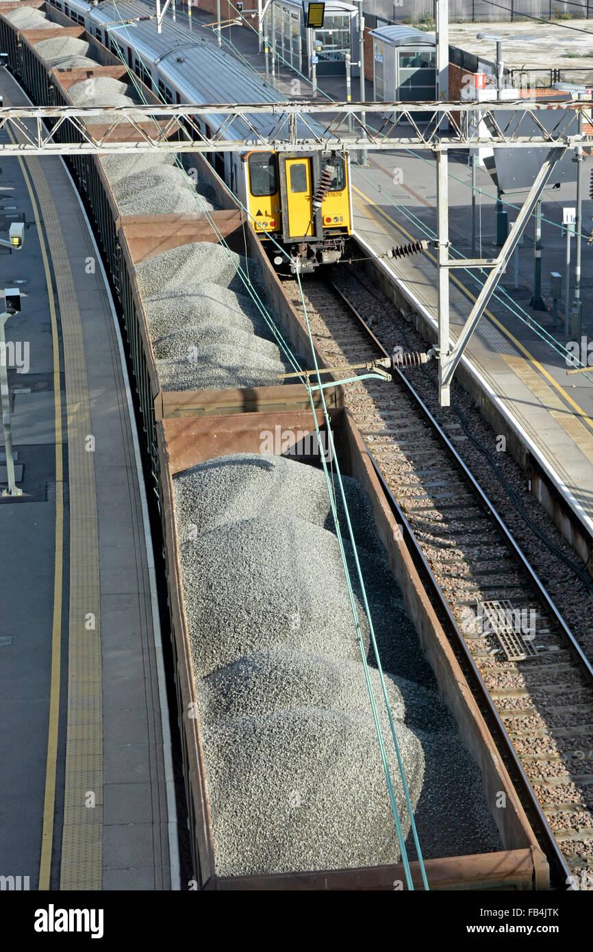 Tren de mercancías agregado pasando por Stratford railway station en East London Imagen De Stock