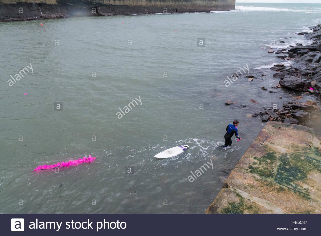 Porthleven, Cornualles, en el Reino Unido. El 10 de enero de 2016. Según el grupo ecologista Surfers Against Sewage, Foto de stock