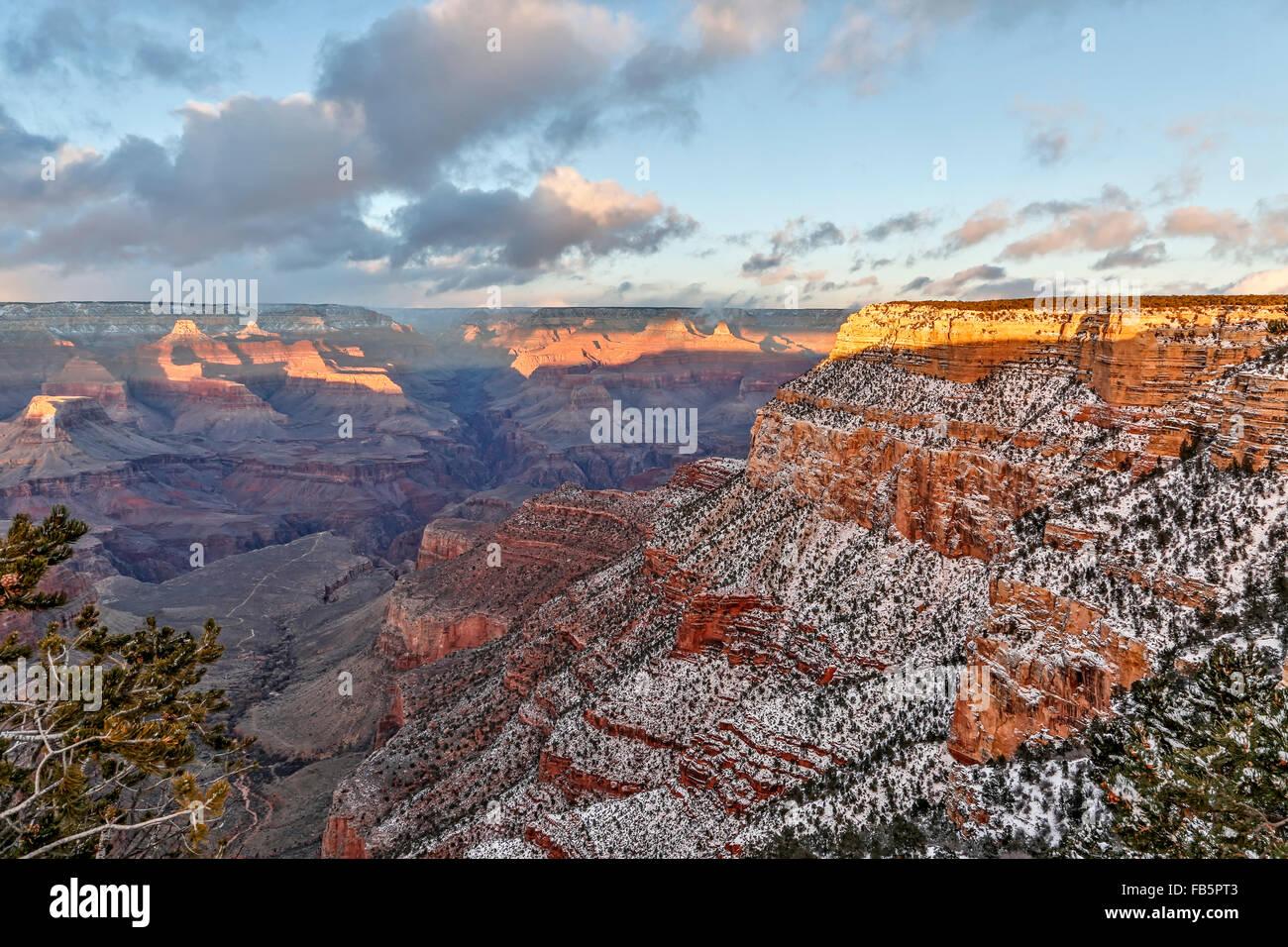 Cubiertas de nieve, riscos y cañones, desde RIM Trail en el Village, el Parque Nacional del Gran Cañón, Imagen De Stock