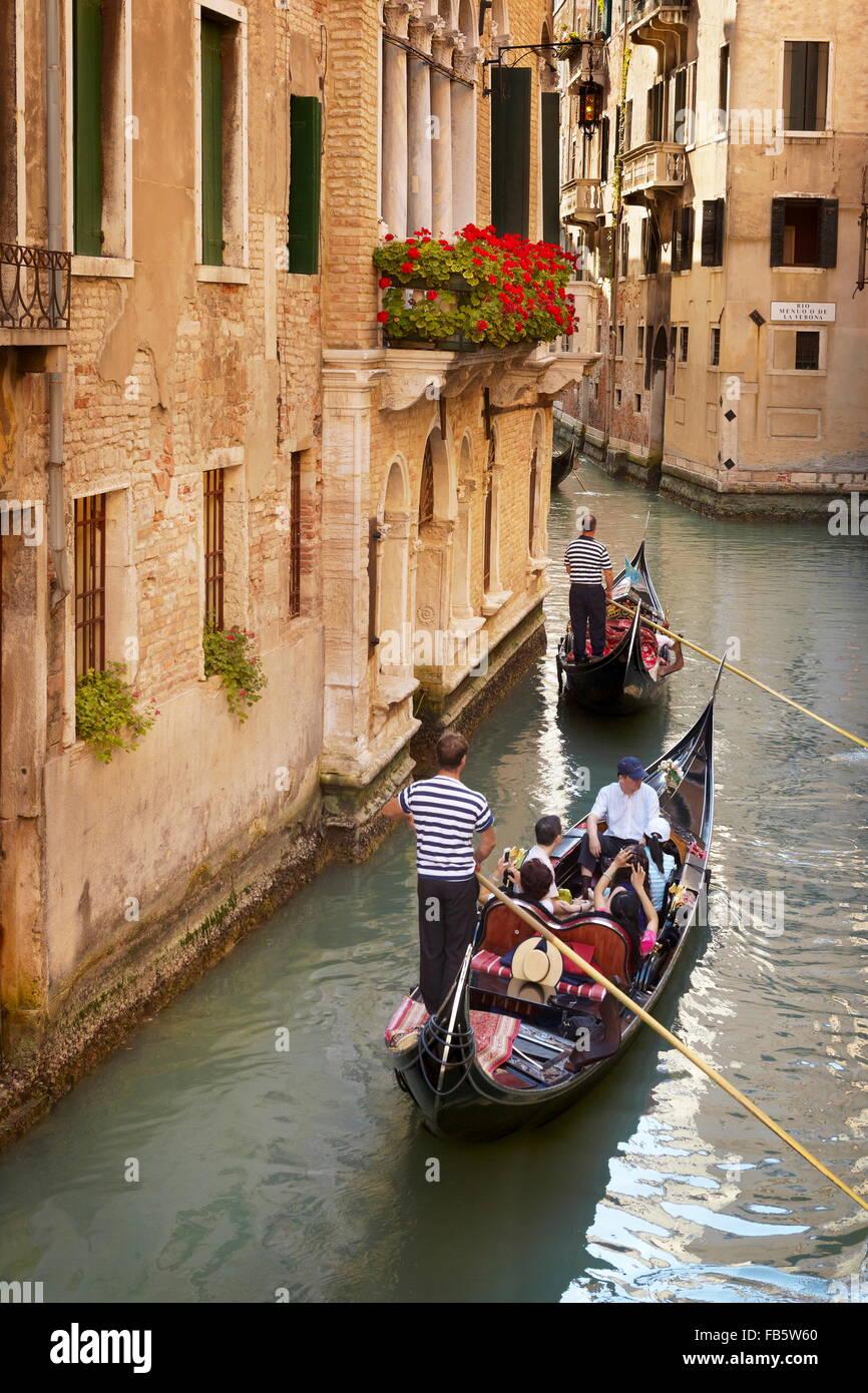 Gondolero fluyendo góndola, Venecia, Véneto, Italia, la UNESCO Imagen De Stock