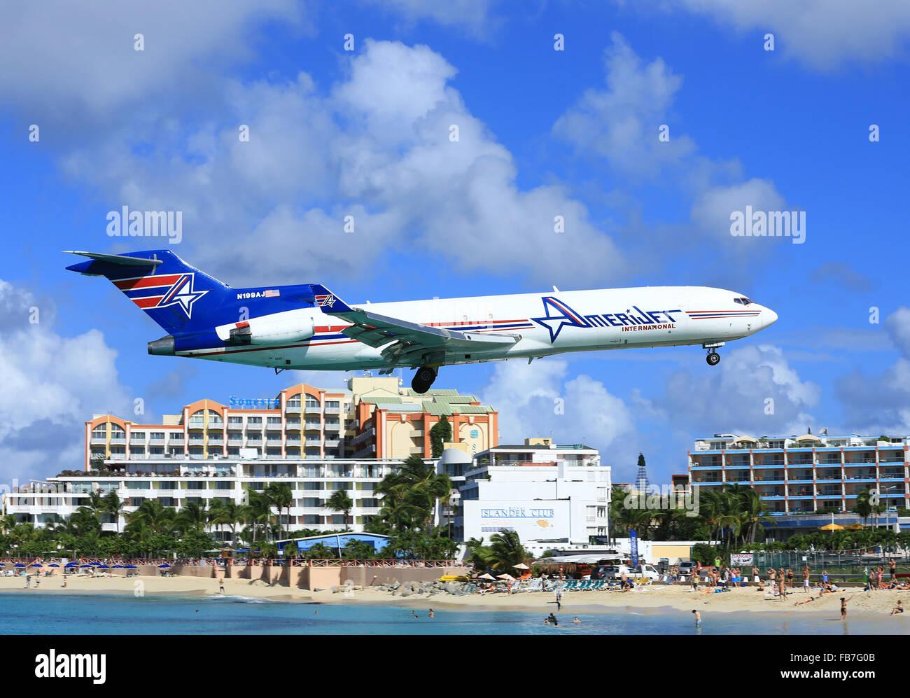 Un Boeing 727 de carga Amrijet bajos en Maho Beach llegar a Sint Maarten (SXM) en el Caribe Foto de stock