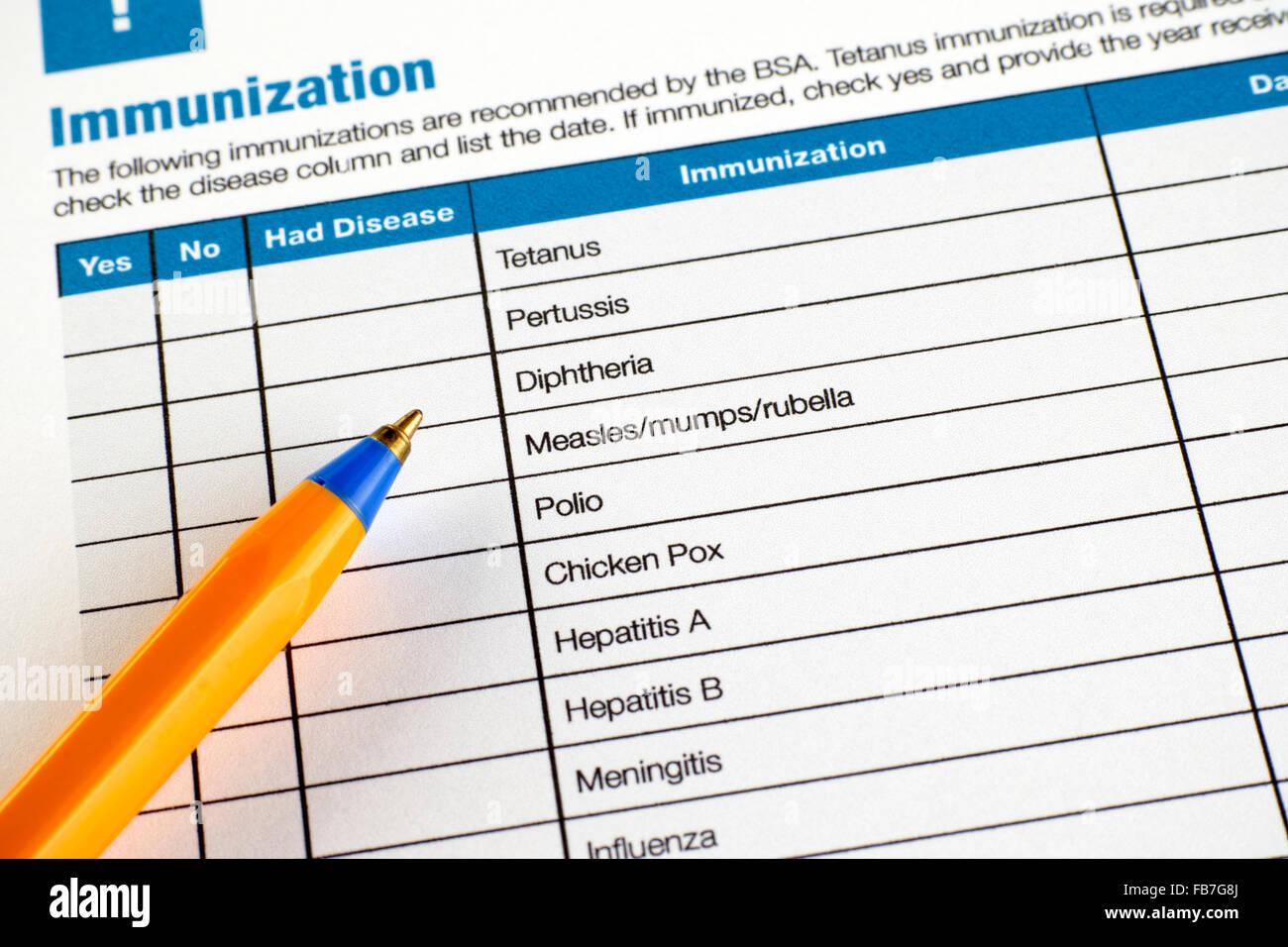 Formulario de solicitud de inmunización con bolígrafo. Imagen De Stock