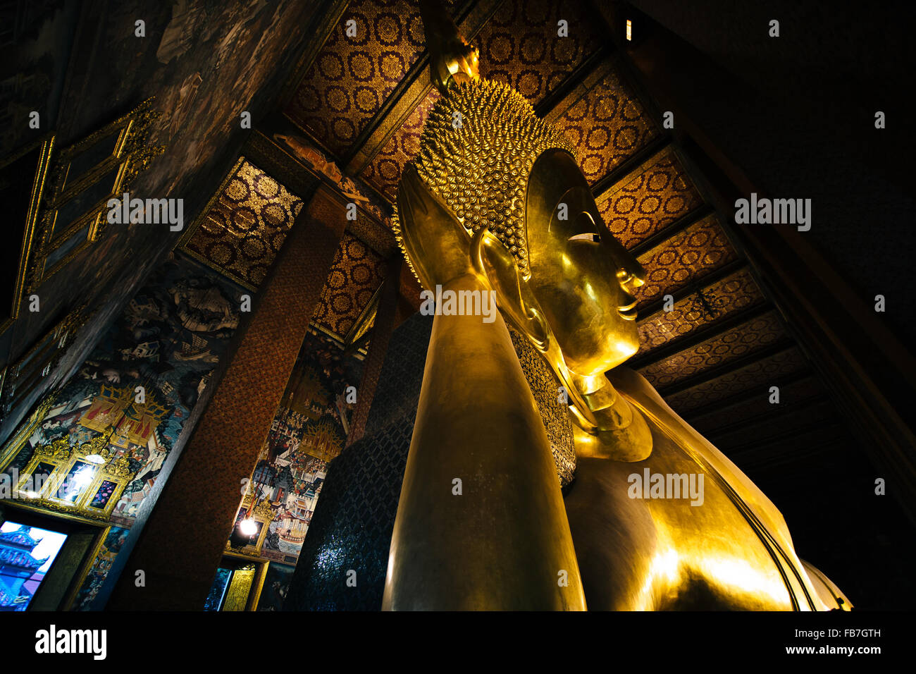 El Buda reclinado en Wat Pho, en Bangkok, Tailandia. Imagen De Stock