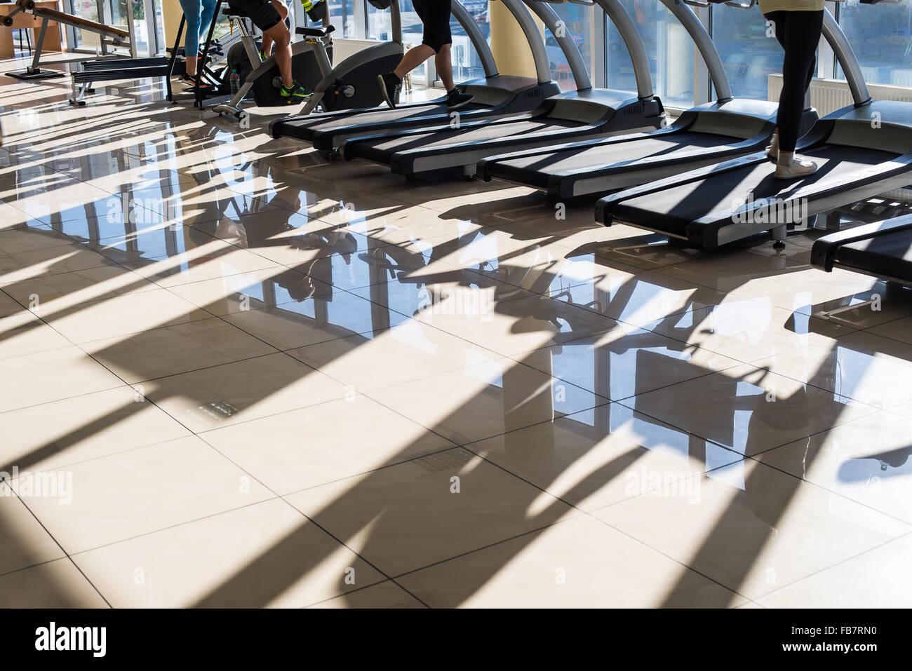 Aparatos de entrenamiento en el gimnasio hall. Imagen De Stock