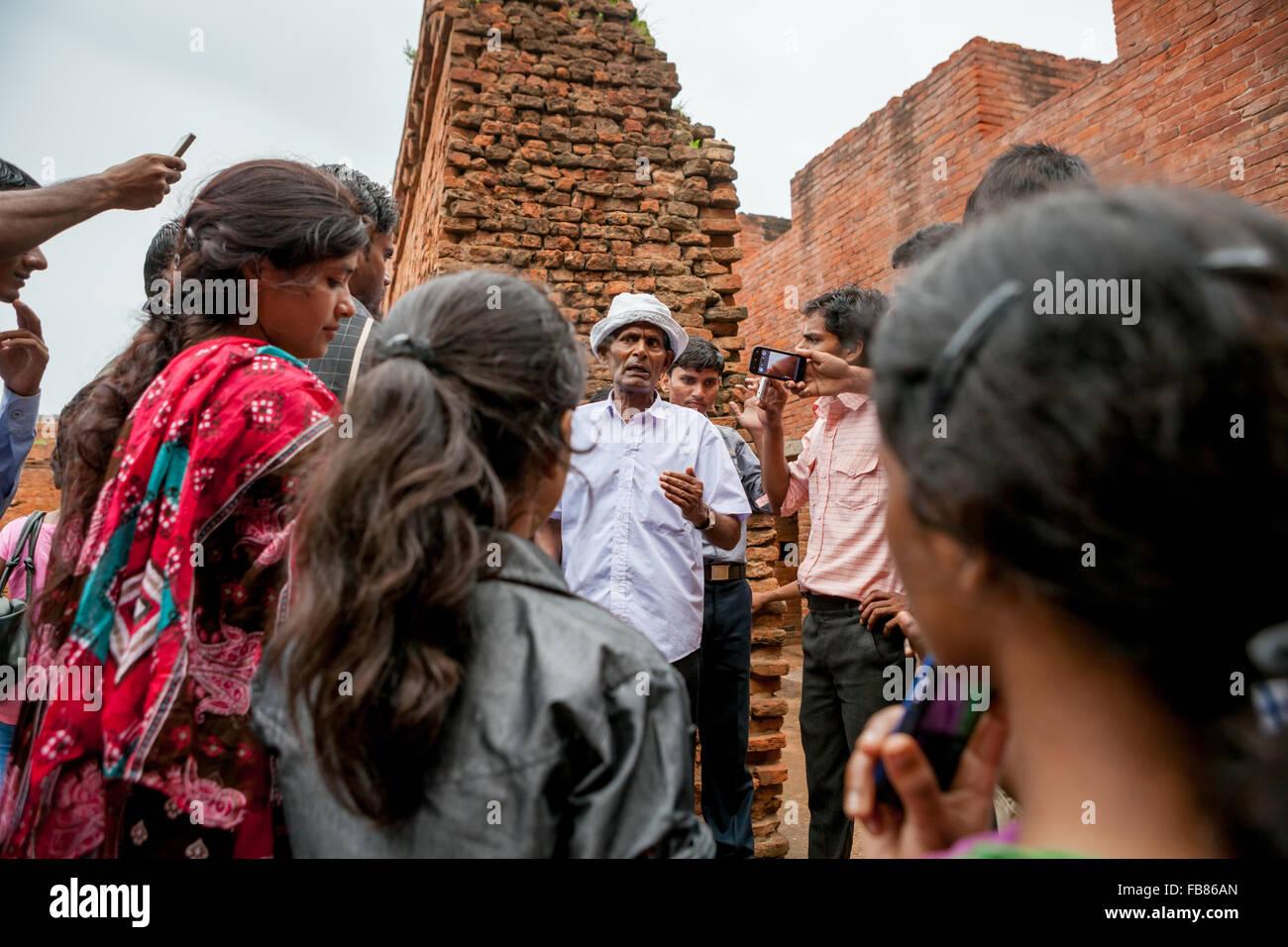 Los estudiantes indios durante la excursión arqueológica a las ruinas de la antigua universidad de Nalanda en Bihar, India. Foto de stock