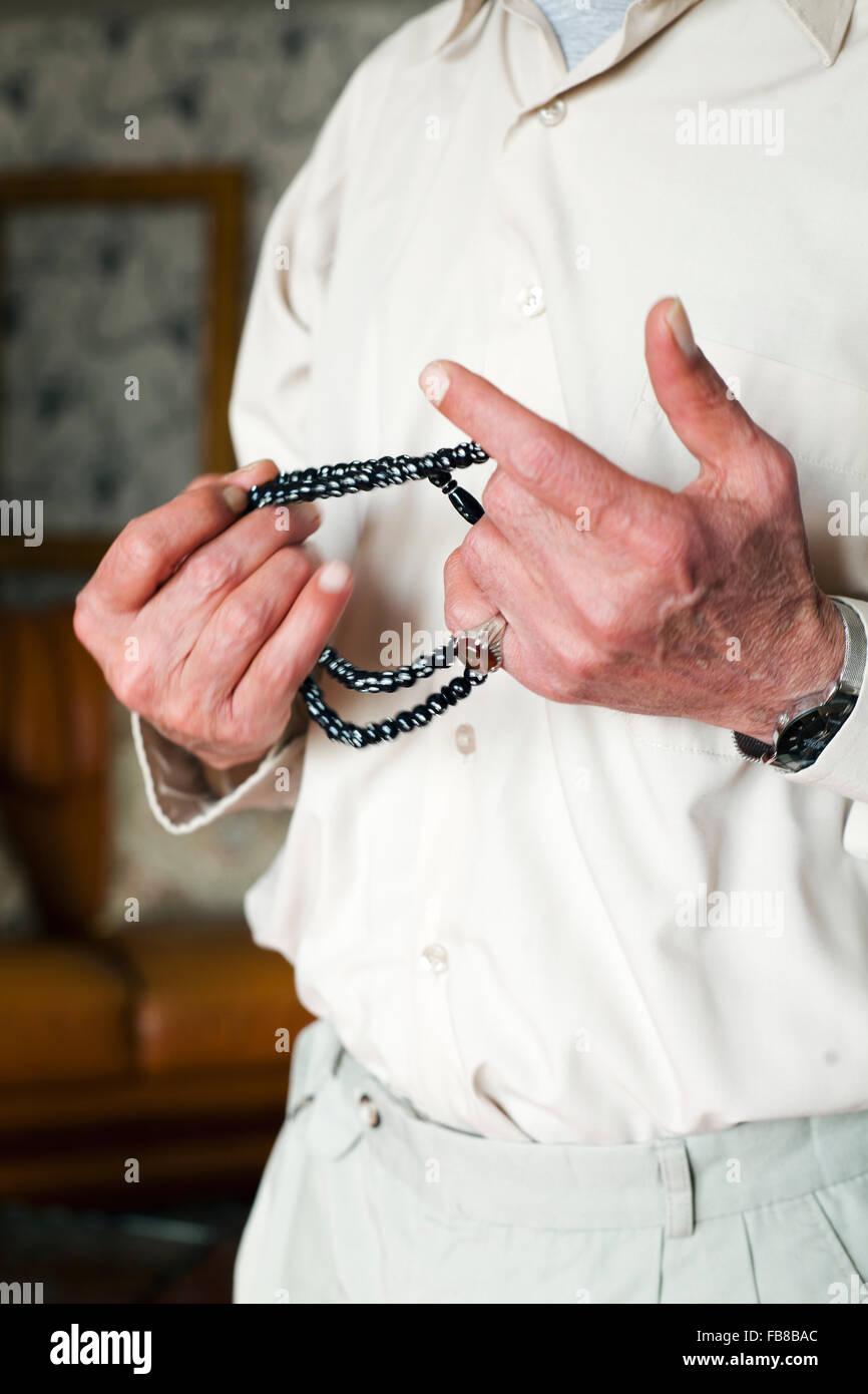 Hombre sujetando rosario Imagen De Stock