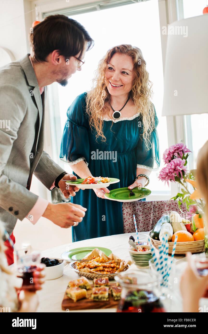 Suecia, amigos hablando durante la fiesta Imagen De Stock