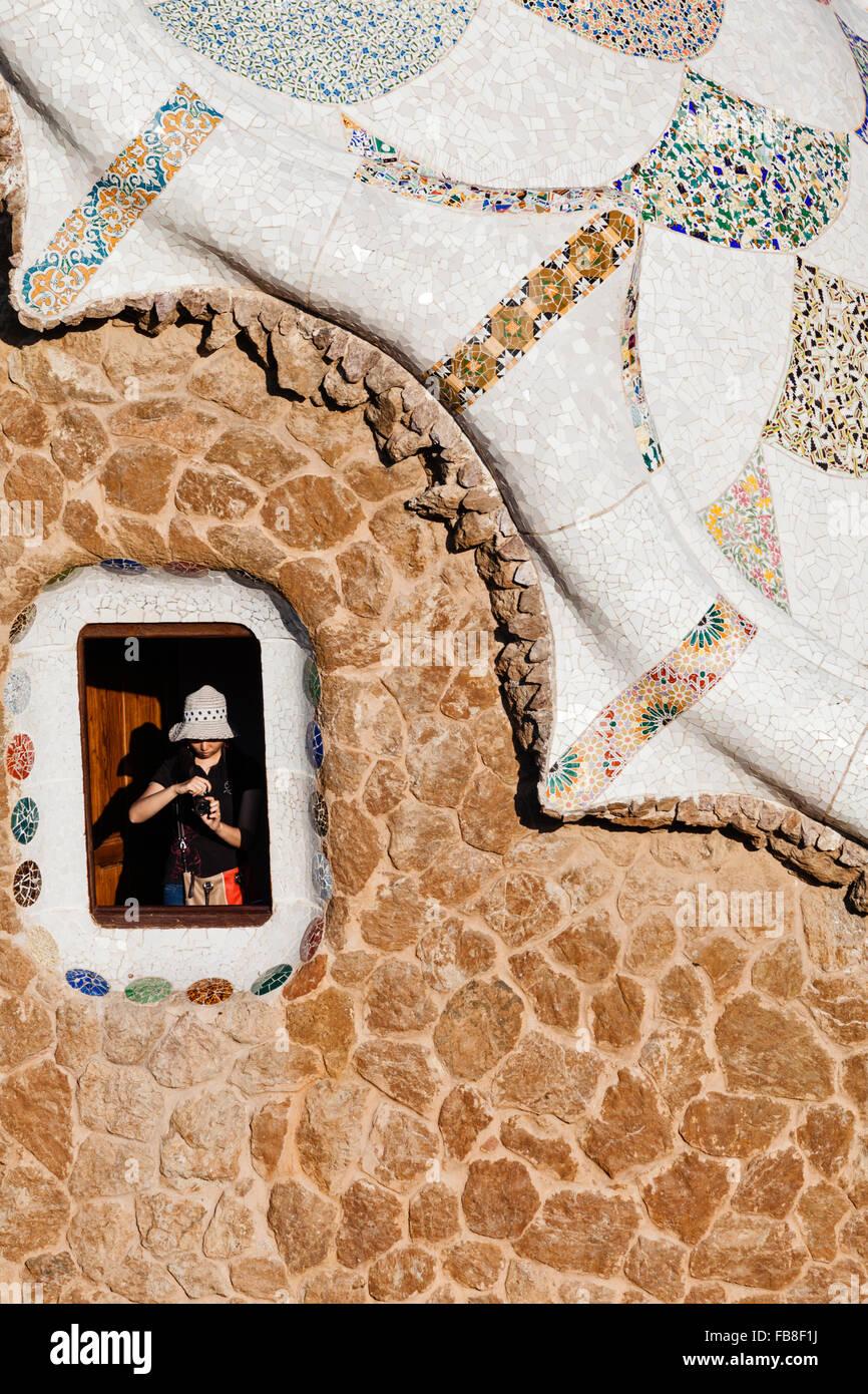 Detalle de la ventana y el techo del cuidador's Lodge en el Parque Güell, Barcelona, Cataluña, España. Imagen De Stock