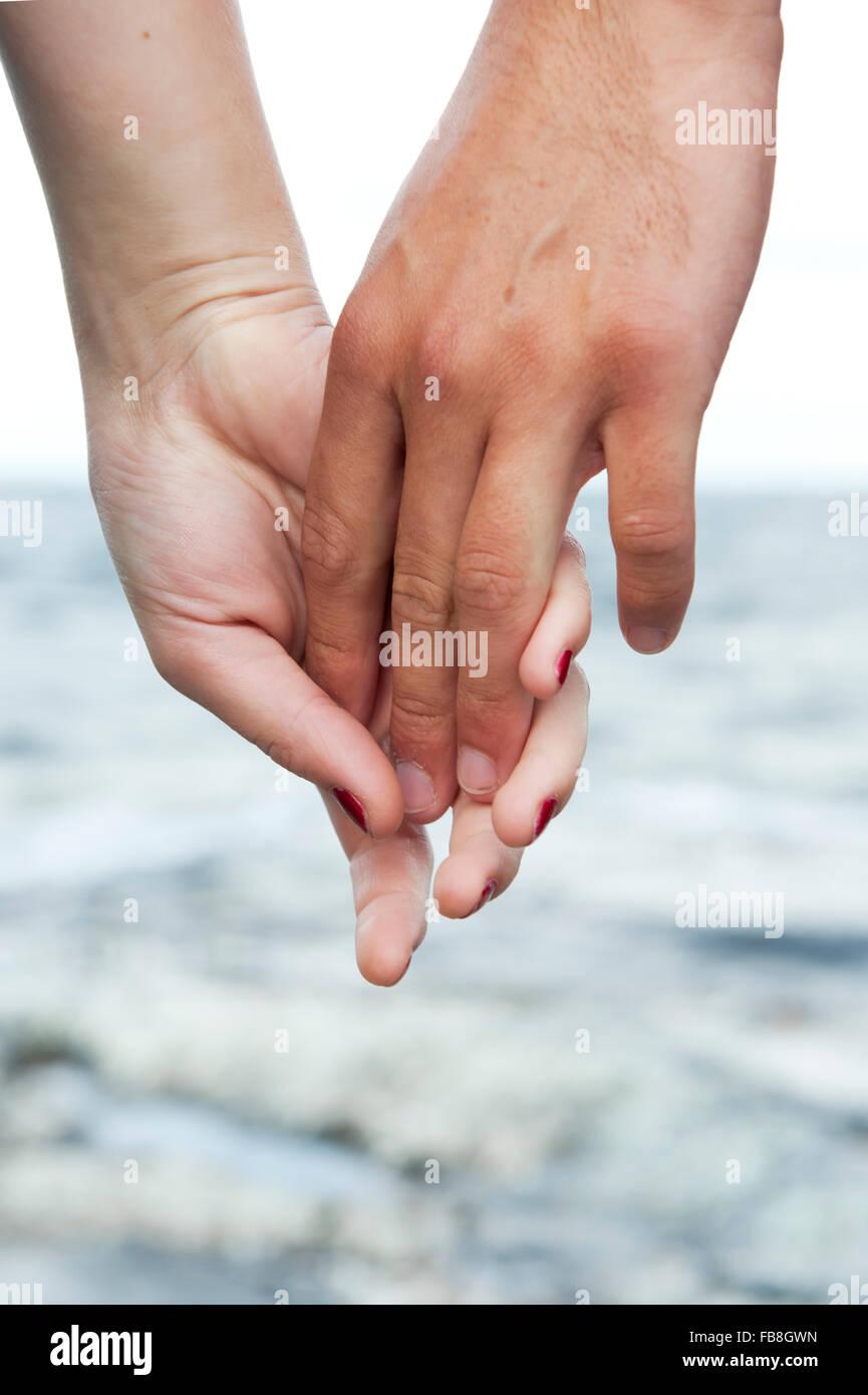 Suecia Vastra Gotaland, Kallandso, pareja tomados de las manos Imagen De Stock