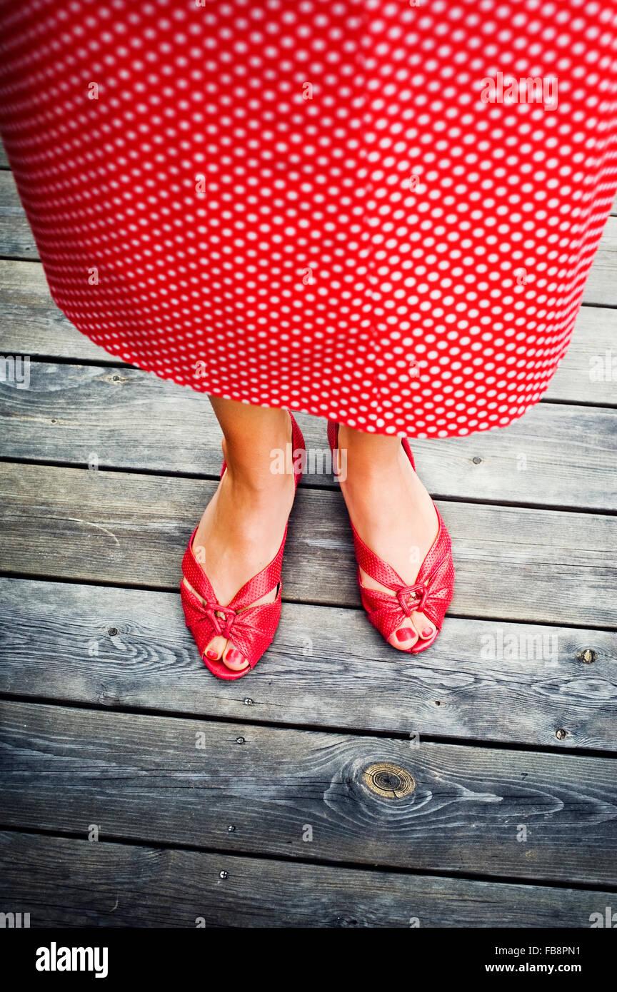 Suecia, Uppland, Mujer de pie en madera Imagen De Stock