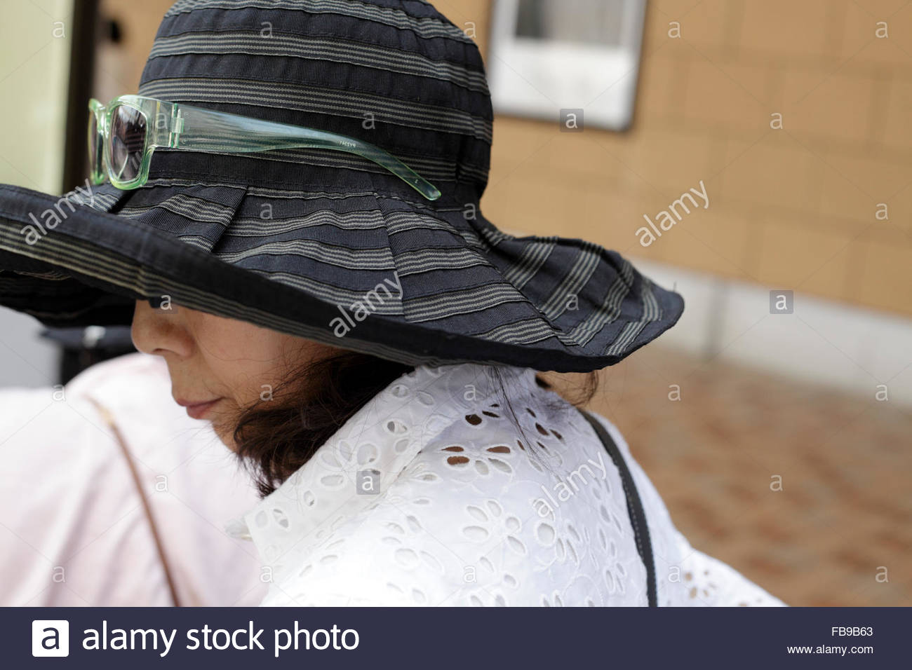 Large Brim Hat Imágenes De Stock   Large Brim Hat Fotos De Stock - Alamy 2ef488c01412