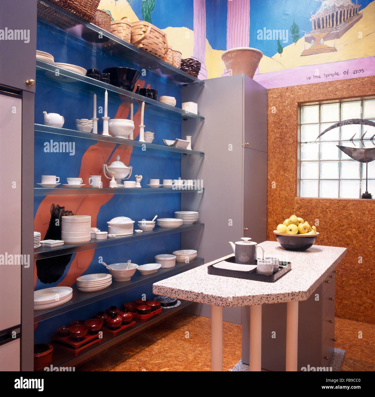 Colección de cuencos y tazas blancas en estantes de vidrio azul en un  noventa cocina con 11fc64bae3a4