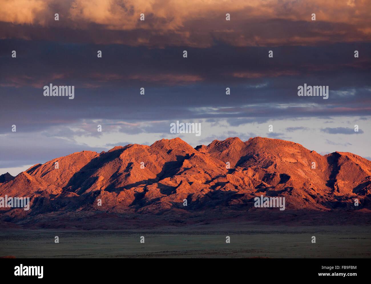 Puesta de sol en las montañas cerca de Khovd y Lago Achit en lugares remotos del lejano oeste de Mongolia. Imagen De Stock