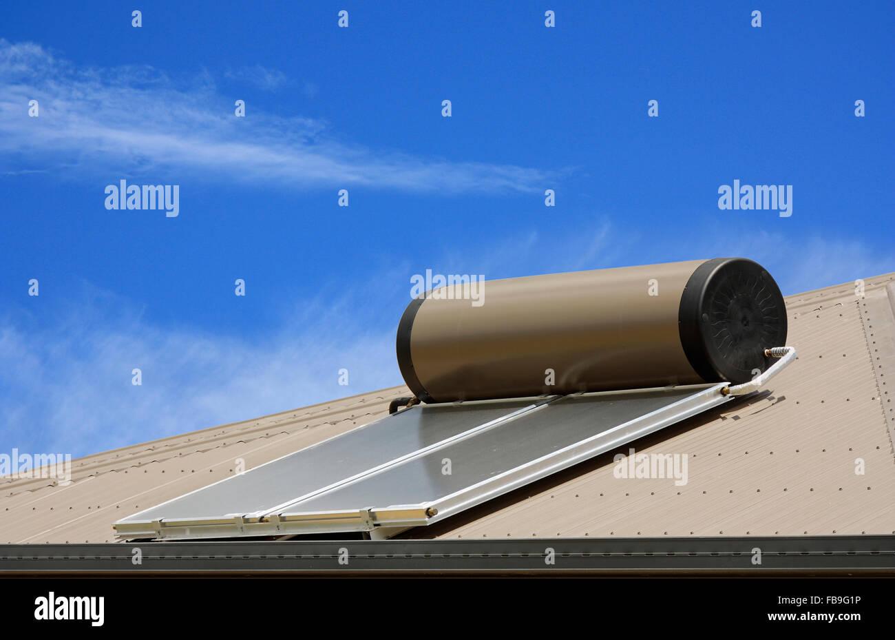 Paneles solares para calentar el agua en un techo Imagen De Stock