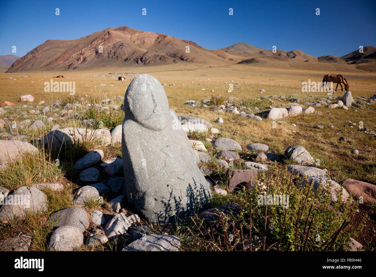 A lo largo de miles de años viejos turcos en piedra grave Kharkhiraa Turgen, Parque Nacional de Mongolia. Imagen De Stock