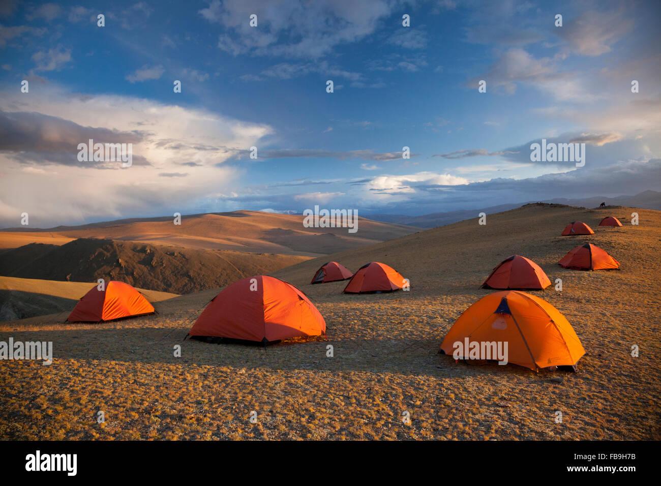 Un campamento base para caminar hasta la cumbre de Tsaast en Bayan-Ölgii Uul, lejano oeste de Mongolia. Imagen De Stock