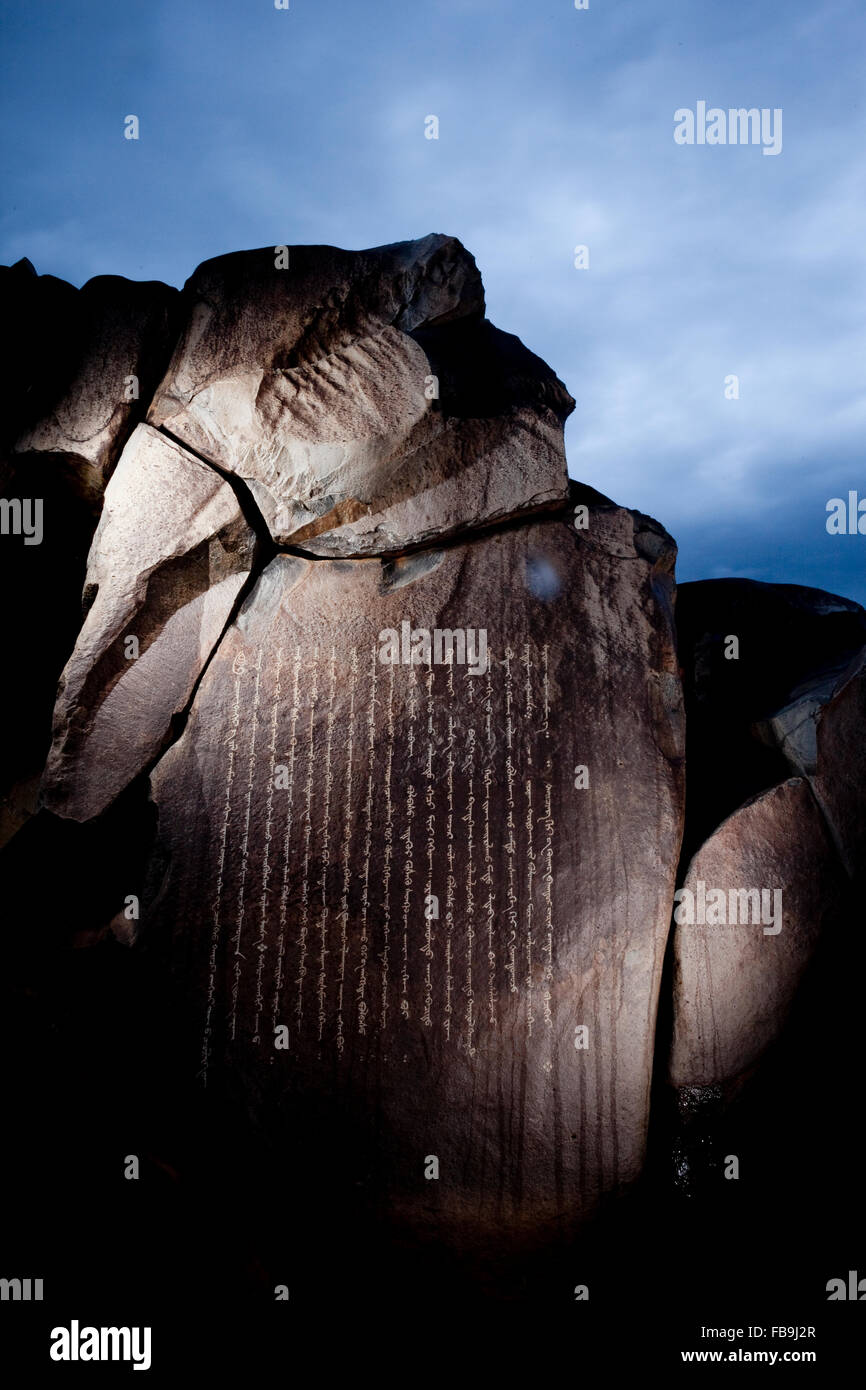 Siglos antiguos petroglifos tallados budistas en script mongol (mongol Hudum bichig) en una parte remota del desierto Imagen De Stock