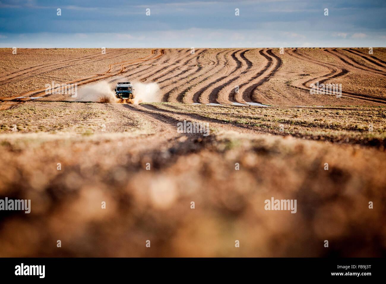 Una federación de 4WD en acción en el desierto de Gobi, Mongolia. Imagen De Stock