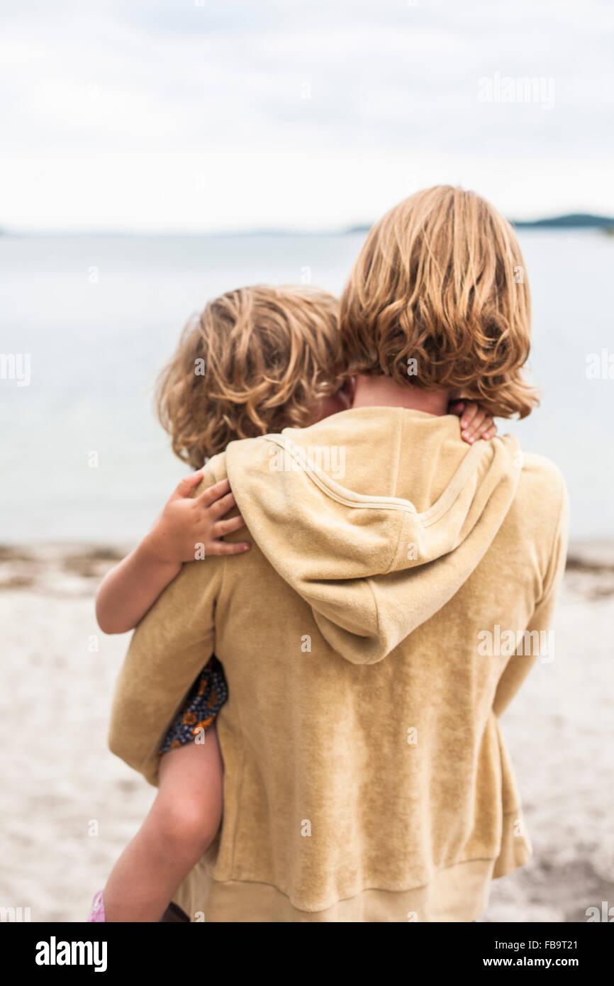 Suecia, Sodermanland, archipiélago de Estocolmo, Musko, madre sosteniendo hija (4-5) Imagen De Stock