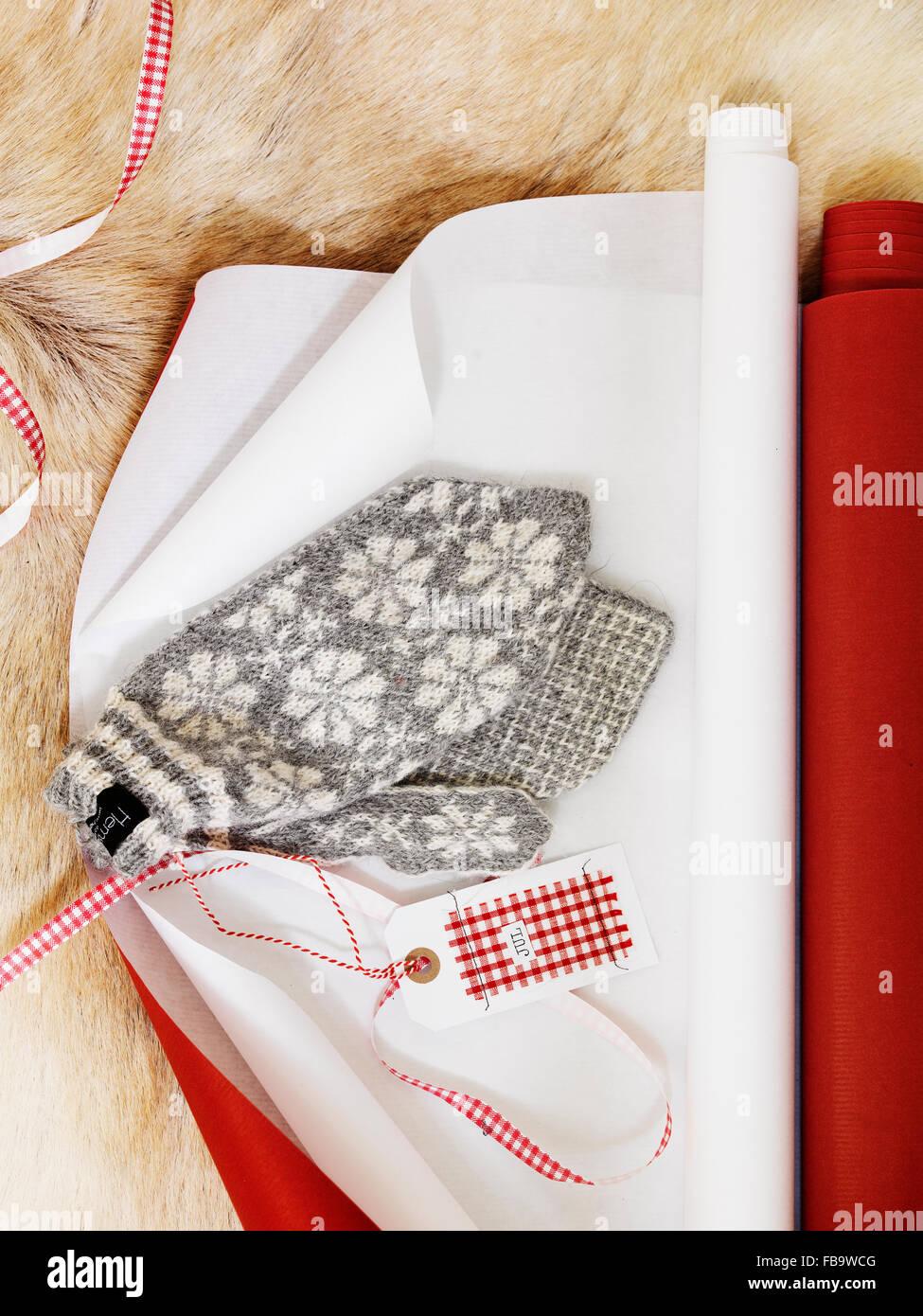 Cerca de guantes y papel de embalaje Imagen De Stock