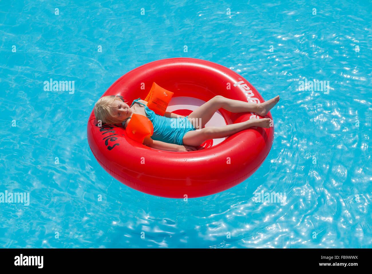 Grecia, Karpathos, la AMOPI, Chica (6-7) acostado en Ruedas inflables Imagen De Stock